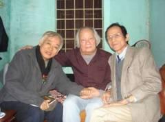 Từ trái sang: GS.TS.Trường Tiến, Hoàng Cát và tác giả