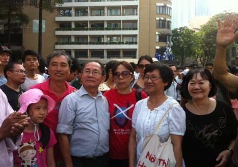 Gia đình tác giả mặc áo đỏ